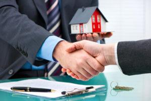 handschlag miniatur haus immobilie uebergabe