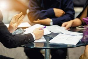 Grafik Foto Tisch Gesprächsrunde Meeting
