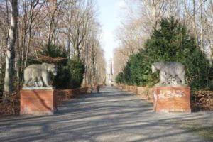 berlin baeren statue weg turm grafiti