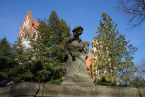 Waidmannslust Königin Luise Kirche Statue berlin