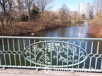 berlin Fennpfuhl Park Bruecke See schwan