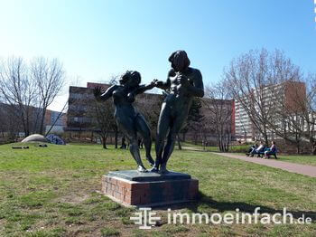 berlin fennpfuhl park wiese gehweg statue