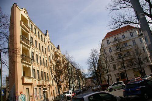 berlin neukoelln eckhaus altbau graffiti