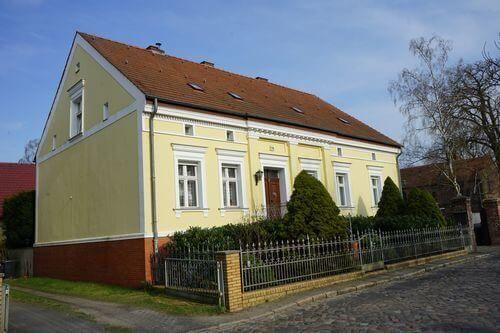 gelbes haus grundstueck immobilie
