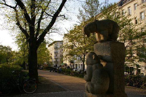 Prenzlauer Berg Helmholtzplatz Makler Bären Statue