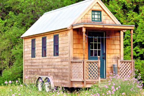 Kleines Holzhaus am Waldrand