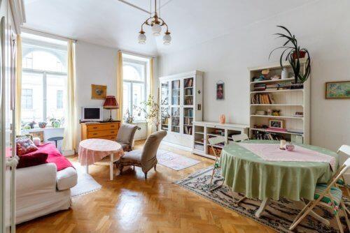 Gemütliches Wohnzimmer von jungen Menschen