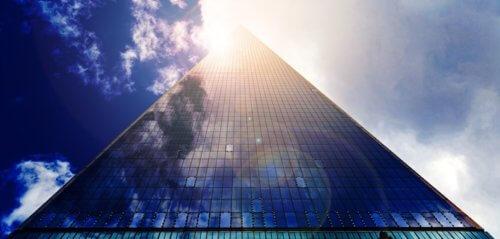 Hohes Gebäude mit Glasfassade bei Sonnenschein