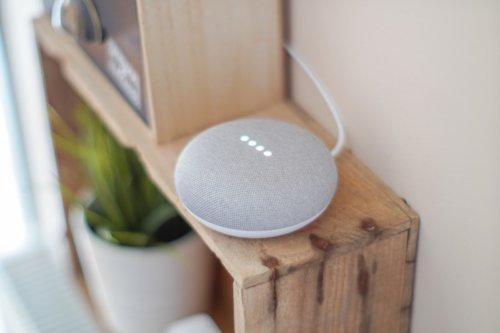 Smarter Lautsprecher im Wohnzimmer