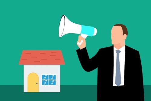 Grafische Darstellung zeigt ein Haus und ein Mann mit Megafon im Vordergrund