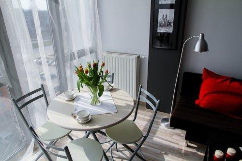Stilvolles und junges Esszimmer mit Wohnbereich