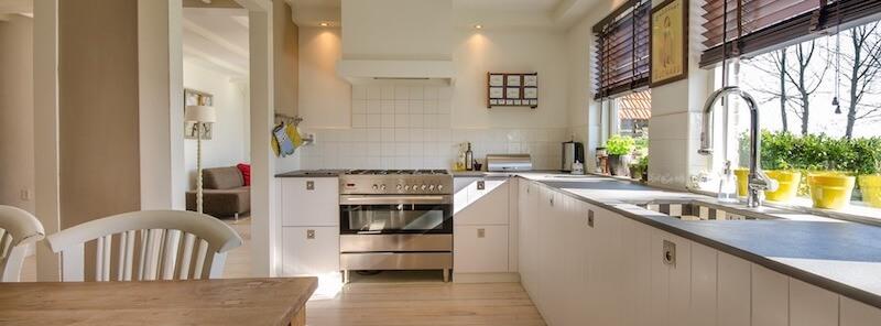 moderne, aufgeräumte Küche