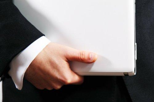 Ein Verwalter mit einem Ipad unter dem Arm