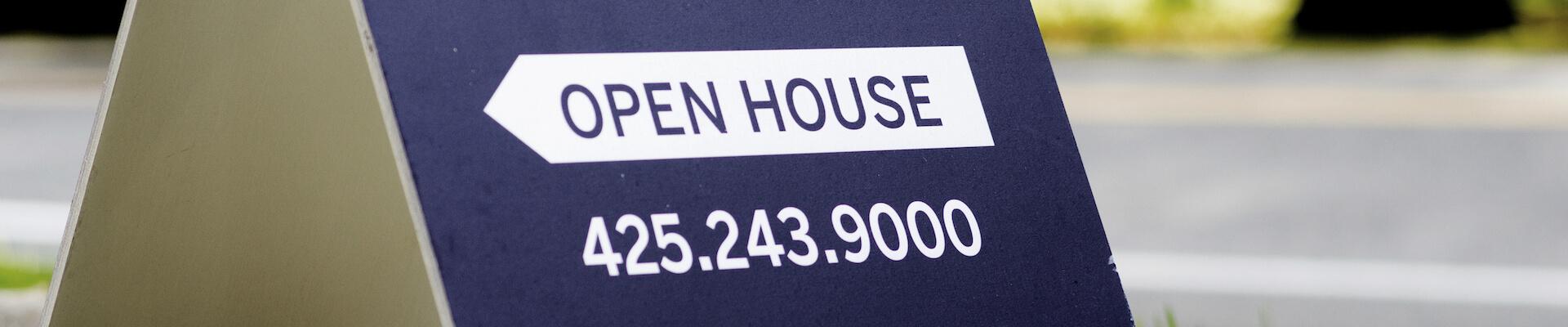 """Schild mit Titel """"offenes Haus"""", bereit zum Verkauf"""