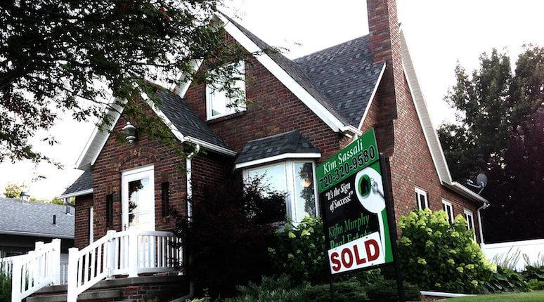 """Haus mit dem Schild """"zu verkaufen"""""""