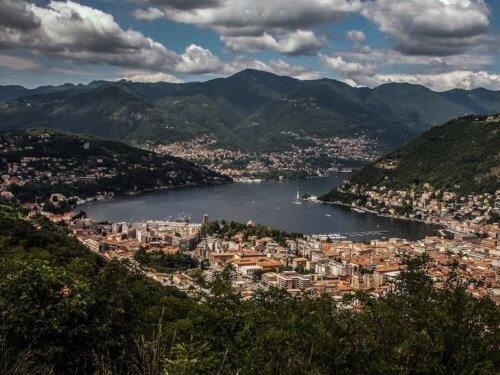 Stadt am See und von Bergen umgeben