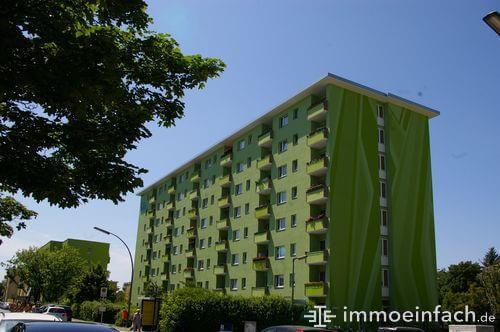 buckow wohnblock gruene fassade balkon