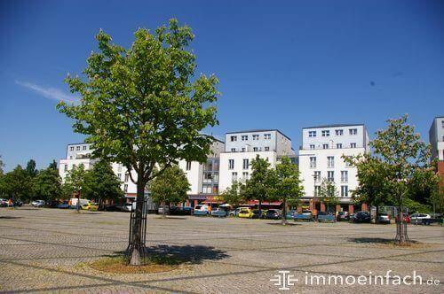 franzoesisch buchholz hugenottenplatz baeume stadt haeuser