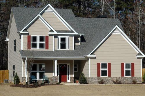 Graues Haus mit roten Türen