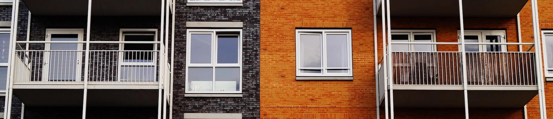 bunte Hausfassade mit Balkon