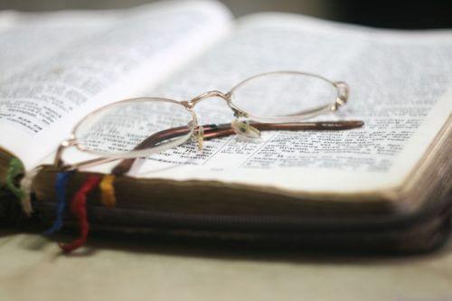 offenes Buch und Brille