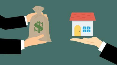 Überreichung eines Hauses und Geldsackes