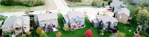 Miniaturhäuser in Wohngegend