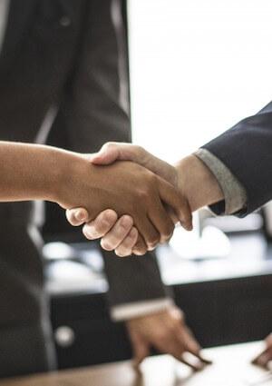 Handschlag Vertrag Immobilienmakler