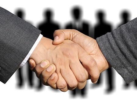 Händeschütteln mehrere Personen Eigentümer Hintergrund
