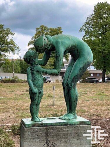 statue park oberschönweide frau kind wiese