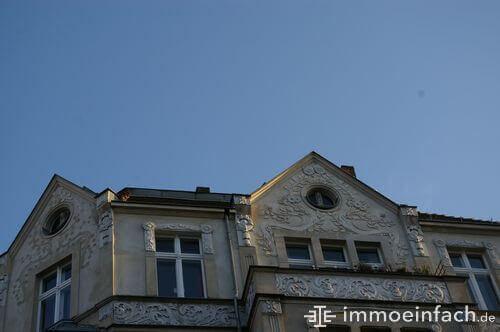 altbau balkon schoeneberg wolkenlos himmel
