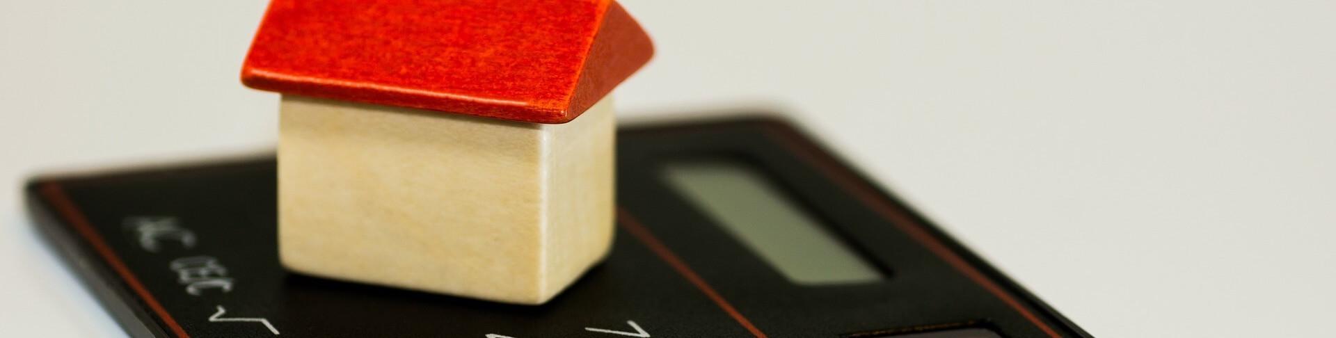 kleines Haus steht auf Taschenrechner