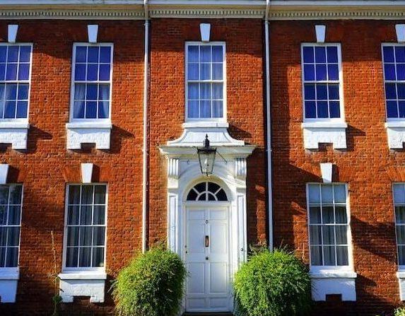 Hausfassade mit weißer Tür