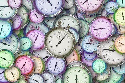 Viele bunte Uhren